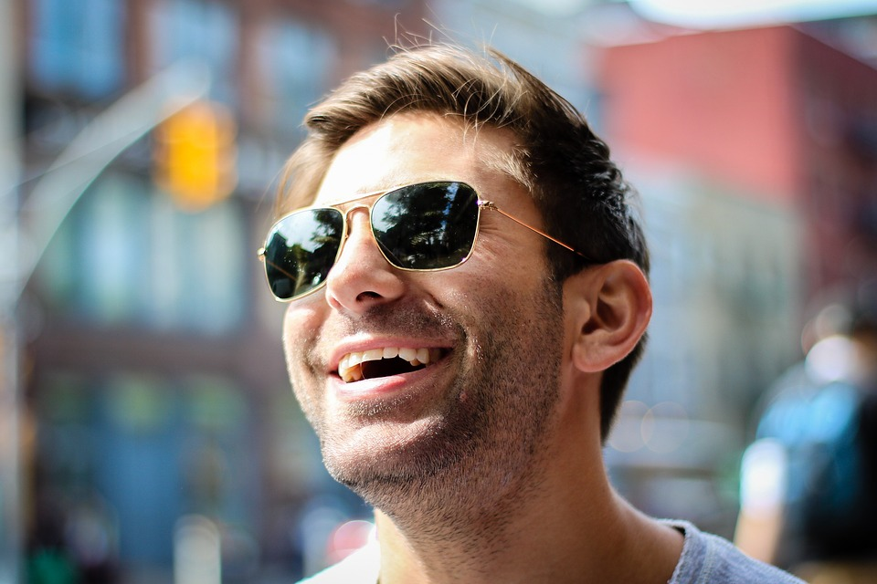 Alasan Harus Pakai Kacamata Hitam
